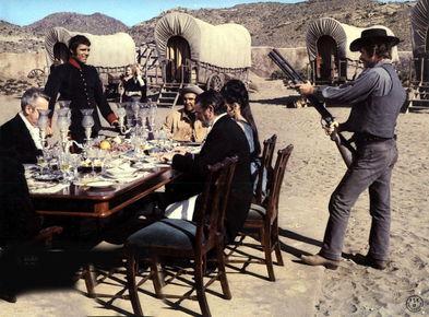 Alexander Knox, Julian Mateos, Sean Connery, Valerie French, Jack Hawkins (im Uhrzeigersinn um den Tisch); Honor Blackman, Brigitte Bardot (im Hintergrund); Stephen Boyd (rechts)